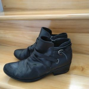 Bare Traps black ankle booties size 8.5